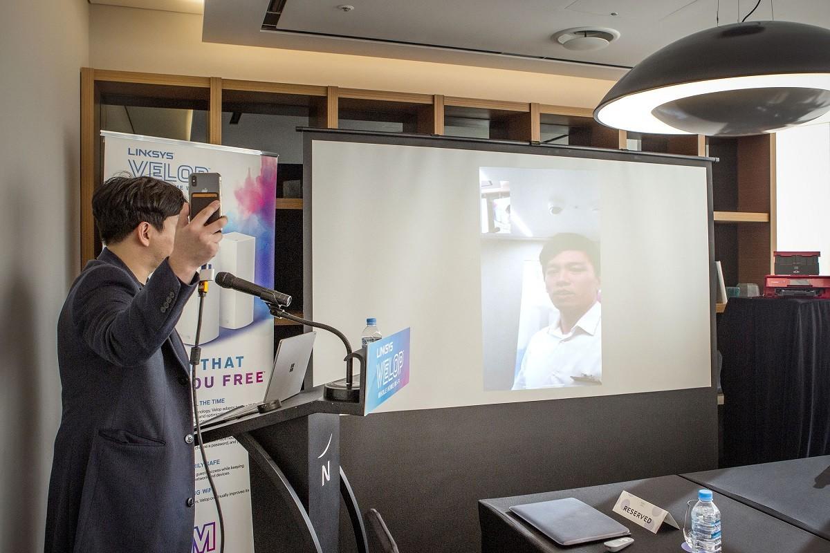 링크시스 벨롭을 이용해 멀리 떨어진 공간에서 영상통화를 시연하고 있다.