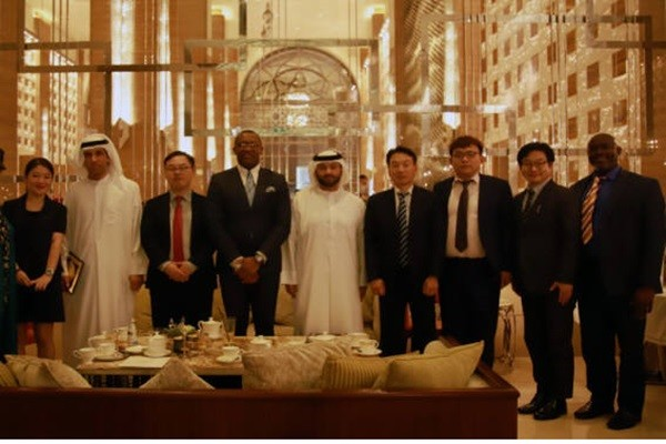 A group of visitors led by CEO Han Seung-jae (4th from the right) of Davinci had business negotiations regarding blockchain and others with representatives from leading organizations such as UAB in Dubai.