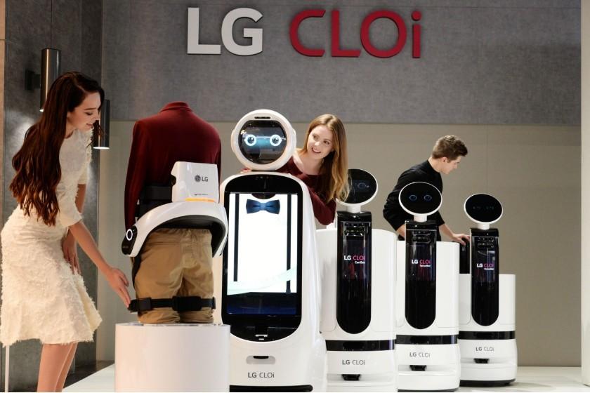 CES 2019 전시회에서 모델들이 다양한 LG 클로이 로봇 제품들을 소개하고 있다. [사진=LG전자]