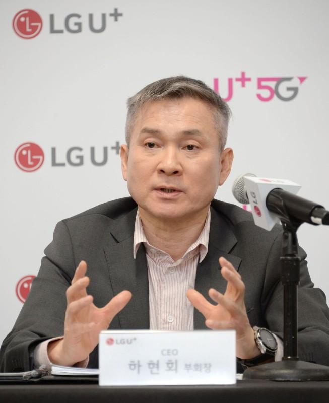 CES 2019에서 열린 LG유플러스 기자간담회에서 기자들 질문에 답변하고 있는 하현회 부회장 [사진=LG유플러스]