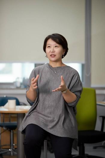 암세포와 주변 세포 간의 상호작용 연구를 토대로 새로운 맞춤형 항암 치료제를 개발하고 있는 박지영 교수.