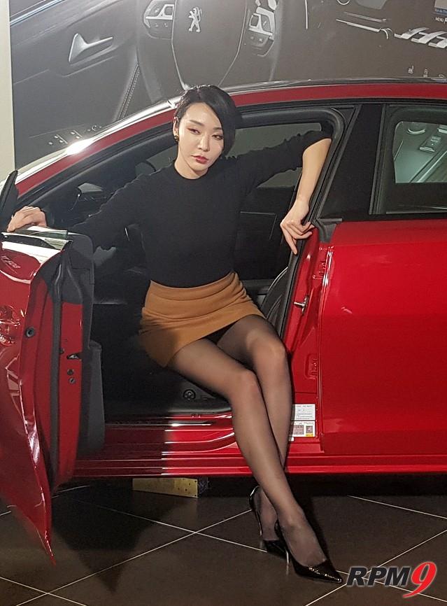 [포토] 레이싱 모델 김보람과 푸조 뉴 508의 '매력 대결'