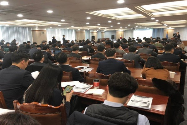 About 120 people attended the briefing session for evaluation standards of new internet-only bank that was held at Financial Supervisory Service on the 23rd.