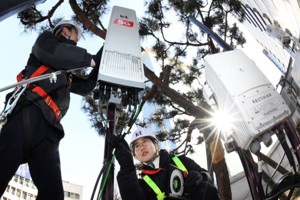 South Korean Government announced that exchange equipment, power equipment, and control devices will be subjected to tax deduction as well.  KT's engineers are examining power and cable equipment for 5G network at its Gwanghwamun Branch.  Staff Reporter Kim, Dongwook | gphoto@etnews.com