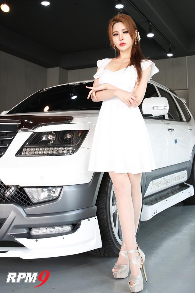 레이싱모델 사라, 카모드 포토데이에서 서글서글한 매력 선보여