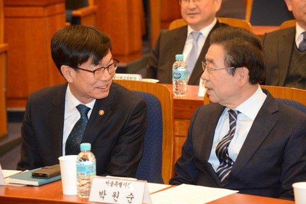 Chairman Kim Sang-jo (left) of Fair Trade Commission is having a conversation with Mayor Park Won-soon of Seoul-si at a joint inauguration ceremony for dispute conciliation committees in local governments.