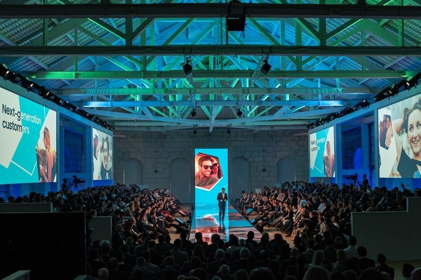 13일(현지시간) 포르투갈의 항구도시 포르투에서 열린 '삼성포럼 유럽 2019' 미디어데이에서 삼성전자 유럽총괄 가이 킨넬(Guy Kinnell) 상무가 '2019년형 QLED TV'에 대해 발표를 하고 있다. [사진=삼성전자]
