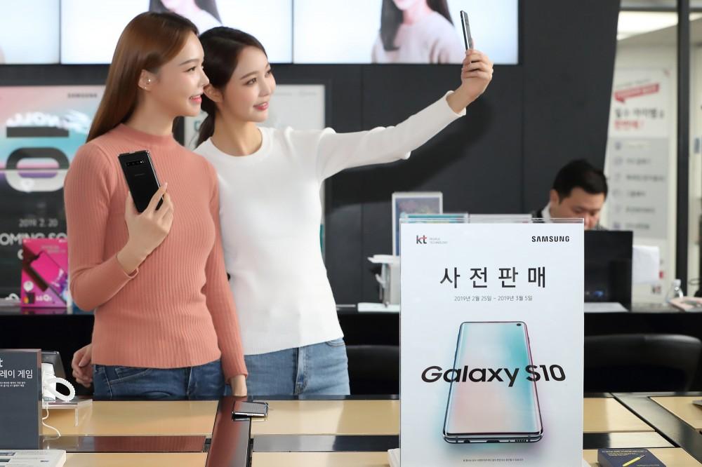 모델이 삼성전자 갤럭시 S10을 소개하고 있다. [사진=KT]