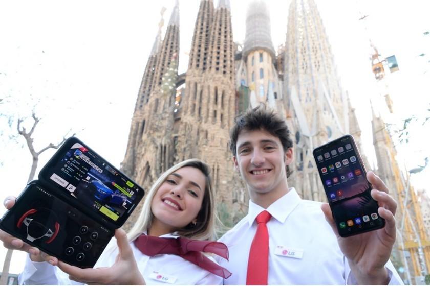 LG전자 모델들이 'LG V50 씽큐'(오른쪽)와 'LG 듀얼 스크린'을 소개하고 있다 [사진=LG전자]