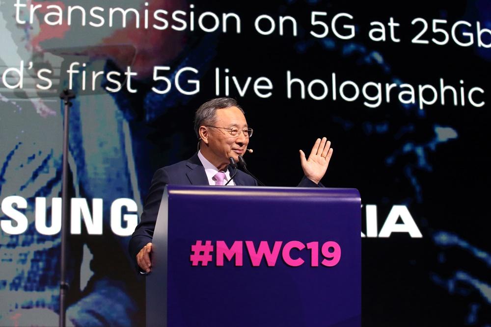 KT 황창규 회장이 25일(현지시간) 스페인 바르셀로나에서 개막한 MWC 2019에서 '마침내 5G와 차세대 지능형 플랫폼을 실현하다(Now a Reality, KT 5G and the Next Intelligent Platform)'를 주제로 기조연설(Keynote Speech)을 하고 있다. [사진=KT]