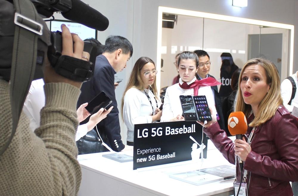 스페인 바르셀로나에서 열리는 MWC 2019에 마련된 LG유플러스 5G 전시관을 방문한 외국 방송기자가 5G로 진화된 U+프로야구 서비스에 큰 관심을 갖고 열띤 취재를 하고 있다 [사진=LG유플러스]