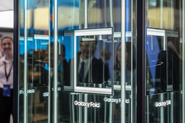 MWC 2019에서 전시된 갤럭시 폴드, 화면 중간에 자국이 선명하게 남아있다