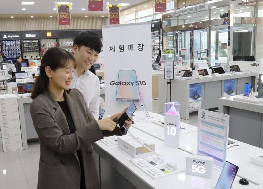 롯데하이마트에서 예약 판매한 삼성전자 갤럭시S10 자급제폰 비중이 전작 갤럭시 S9 자급제폰 비중보다 두 배 늘었다. 사진=롯데하이마트 제공