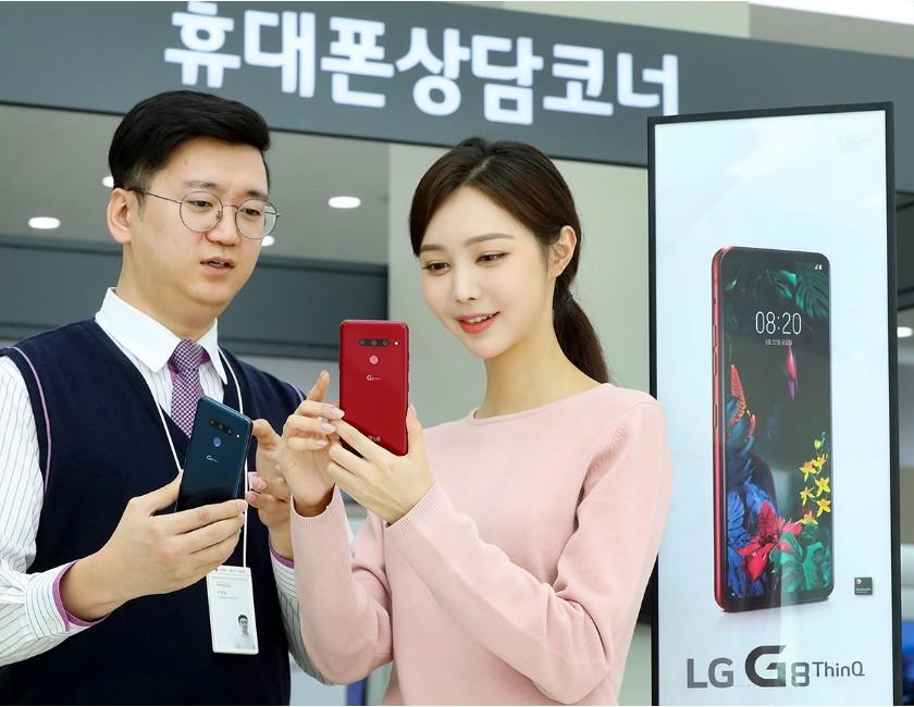 LG전자 모델이 LG G8 씽큐 사전예약 프로그램을 소개하고 있다 [사진=LG전자]