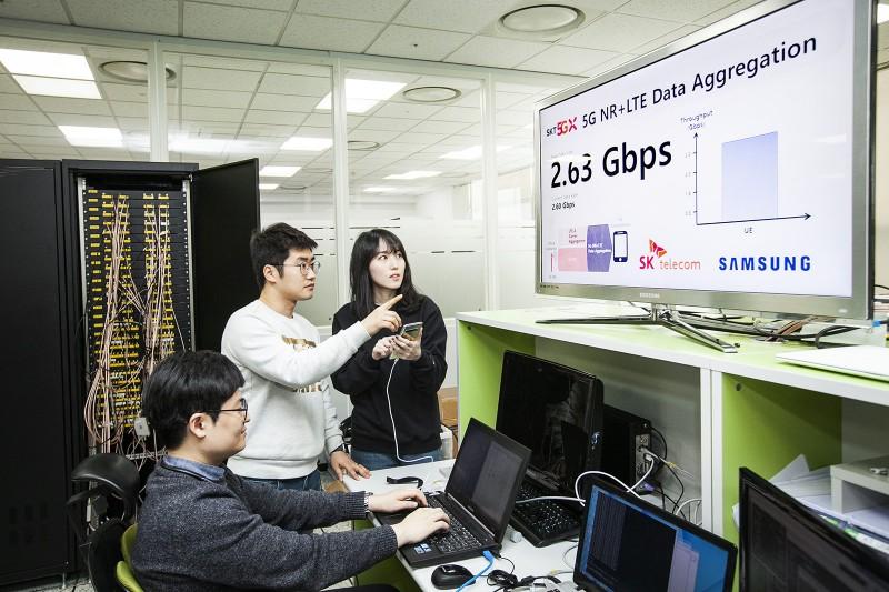 SK텔레콤과 삼성전자는 11일 삼성전자 수원사업장에서 '5G-LTE결합기술'을 탑재한 「갤럭시S10 5G」를 통해 역대 스마트폰 최고속인  최대 2.65Gbps로 데이터를 전송하는 데 성공했다 [사진=SK텔레콤]