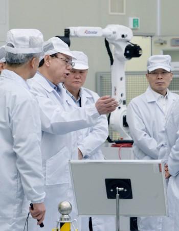 조성진 LG전자 대표이사 CEO 부회장이 지난해 경영권을 인수한 산업용 로봇 제조업체 로보스타를 방문했다. 조 부회장이 로보스타의 다양한 산업용 로봇을 살펴보고 있다.