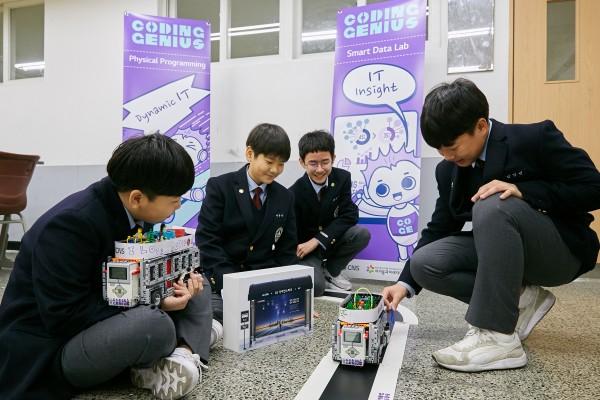 신일중학교 학생들이 자율주행버스를 만들어 주행 시험을 진행하는 모습.