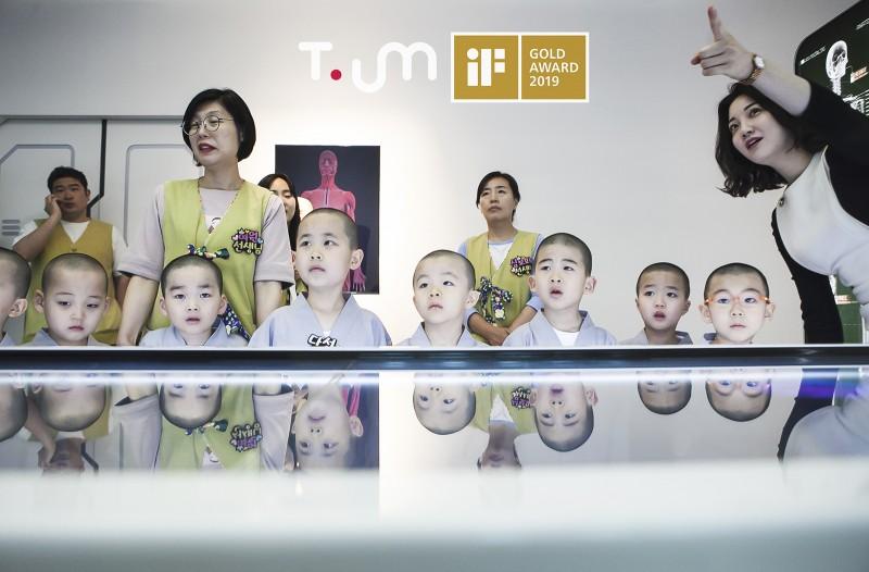 동자승들이 '티움(T.um)'에서 ICT 기술을 체험하고 있는 모습 [사진=SK텔레콤]