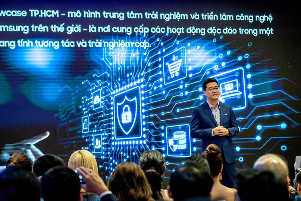 15일(현지시간) 베트남 호찌민의 비텍스코 파이낸셜 타워에서 열린 '삼성 쇼케이스' 개관식에서 베트남 법인장 서경욱 상무가 '삼성 쇼케이스'에 대해서 설명하고 있다. [사진=삼성전자]