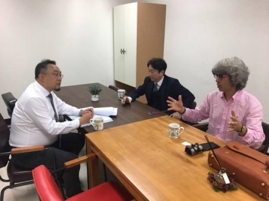 박성원 아이지오 대표(맨 오른쪽)가 티랩 컨설턴트와 연구소기업 설립 및 기술사업화 과정을 논의하고 있다.