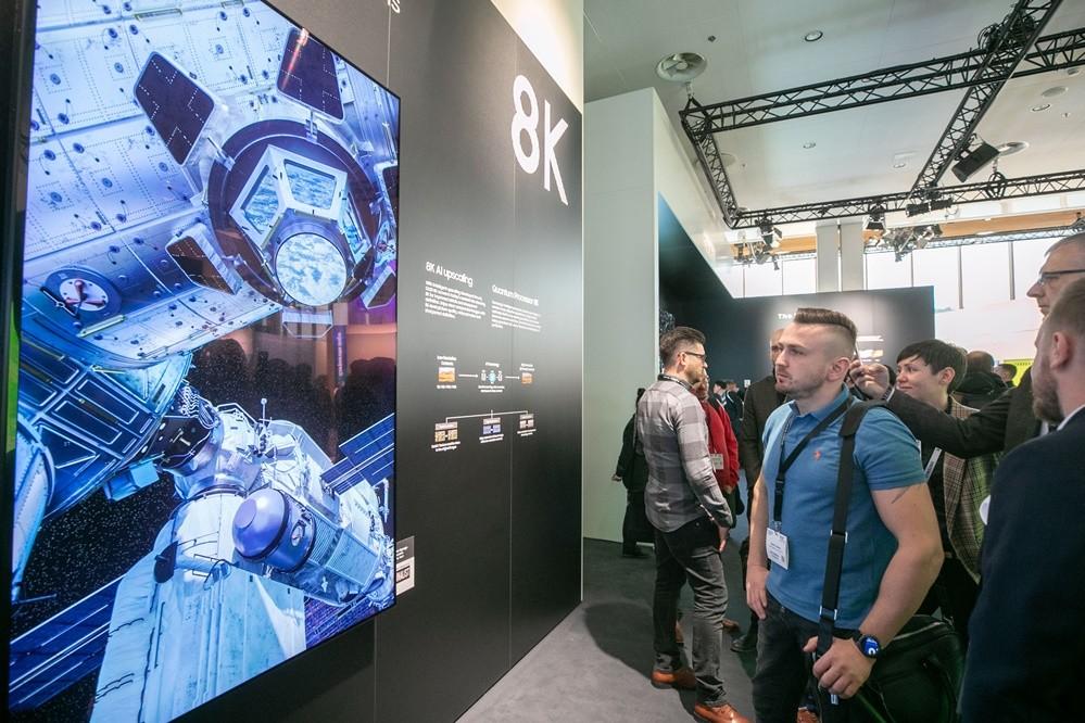 삼성전자가 지난 2월 네덜란드 암스테르담에서 열리는 유럽 최대 디스플레이 전시회 'ISE 2019'에 참가해 8K 사이니지 등 상업용 디스플레이 신제품을 대거 공개했다. 전시회 관람객들이 삼성전자의 8K 해상도 상업용 디스플레이 신제품을 감상하고 있다. [사진=삼성전자]
