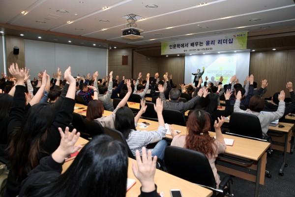 NS홈쇼핑이 18일 판교 사옥에서 '2019년 상반기 임직원 윤리특강'을 실시했다.