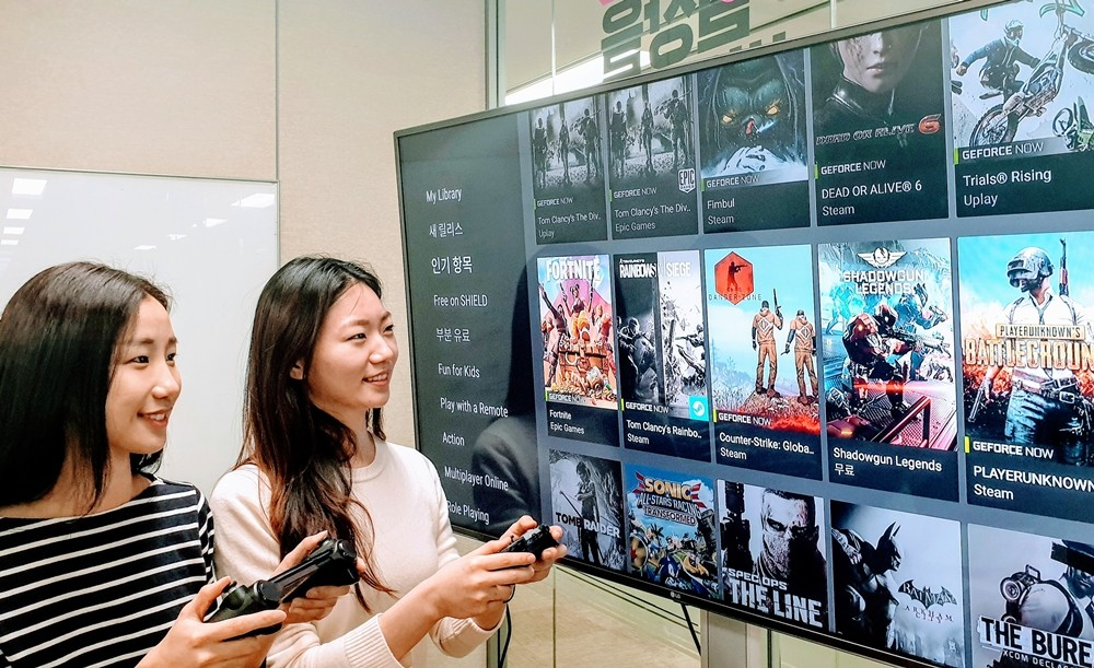 LG유플러스 직원들이 엔비디아의 클라우드 게임 서비스 '지포스 나우'를 통해 게임하며 테스트 하고 있다 [사진=LG유플러스]