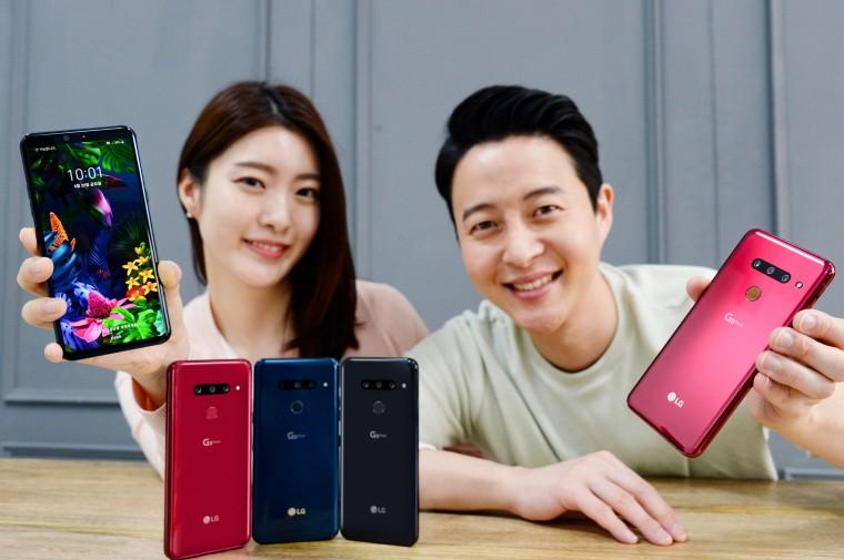 LG전자 모델들이 LG G8 ThinQ를 소개하고 있다 [사진=LG전자]