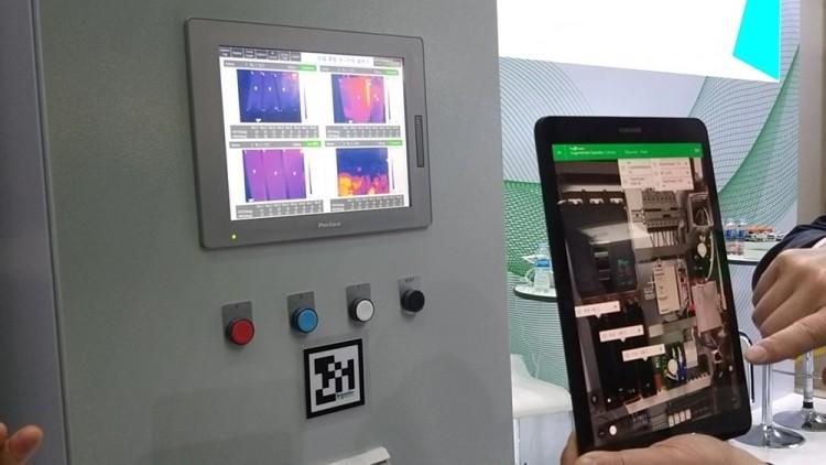 '스마트공장·자동화산업전2019'에 참가한 슈나이더일렉트릭코리아의 전시 부스에서는 산업용 증강현실 솔루션도 선보였다. 배전반을 열어보지도 않고 장비 상태를 직관적으로파악하고 있다.