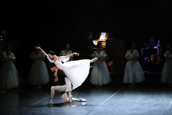 국립발레단 'Dance into the Music(댄스 인투 더 뮤직)' 中 '지젤' 2막 아다지오 공연사진. 사진=국립발레단 제공