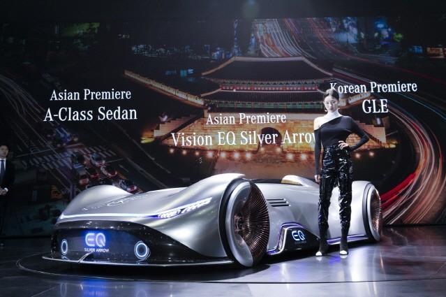 메르세데스-벤츠가 서울모터쇼에 최초로 공개한 차는?