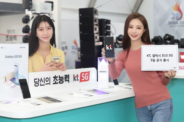 KT 모델이 삼성전자 갤럭시 S10 5G를 소개하고 있다 [사진=KT]