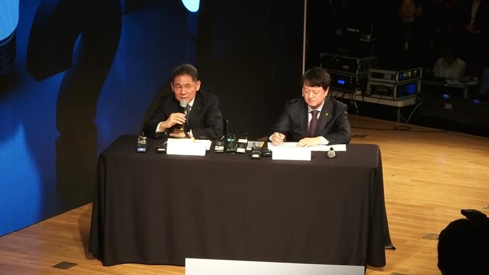 이필재 KT 마케팅부문장 부사장과 박현진 5G사업본부장 상무가 기자들 질문에 답하고 있다