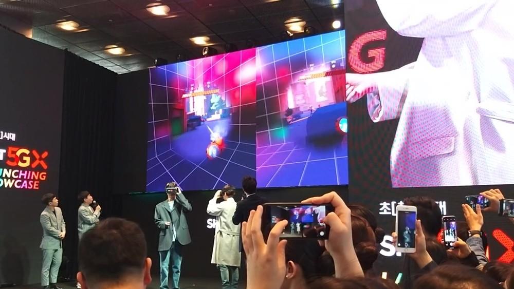 개그맨 양세형·양세찬 형제가 EXO 멤버 백현과 카이의 VR게임 플레이를 지켜보고 있다.