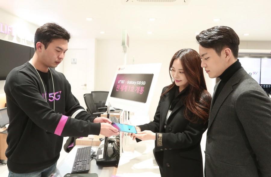 3일 23시 서울 종로직영점에서 LG유플러스 '갤럭시 S10 5G' 1호 고객인 모델 겸 방송인 김민영 씨와 카레이서 서주원 씨 부부가 개통된 5G스마트폰을 전달받고 있다 [사진=LG유플러스]