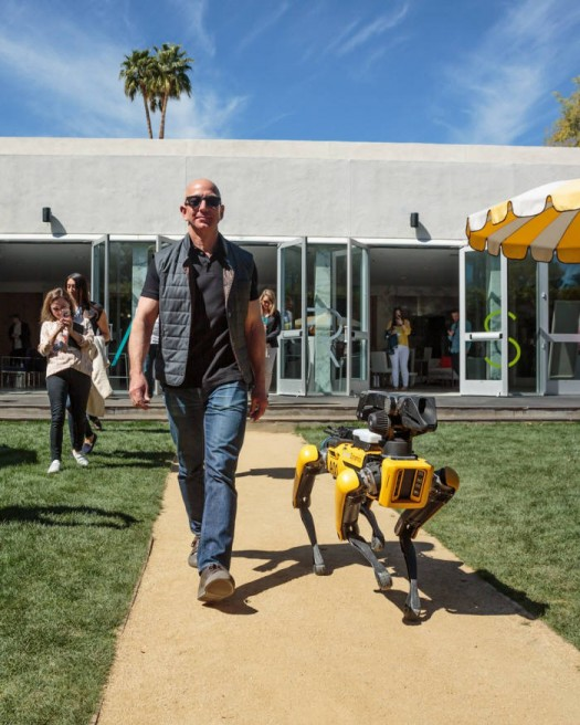 제프 베저스 아마존 CEO가 보스턴 다이나믹스 로봇 개 스폿 미니와 산책하는 모습<사진 제프 베조스 트위터>