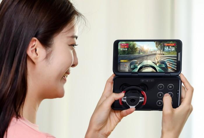 LG전자 모델이 LG V50 씽큐와 LG 듀얼 스크린을 소개하고 있다 [사진=LG전자]