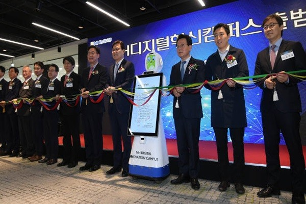 Inauguration ceremony of NH Digital Innovation Campus was held on the 8th.  Important guests such as Chairman Choi Jong-gu (4th from the right) of Financial Services Commission are cutting tapes.  Staff Reporter Lee, Donggeun | foto@etnews.com