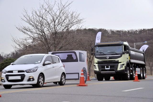 """볼보트럭 """"전기트럭 유럽부터 판매""""…한국 시판은 '미정'"""