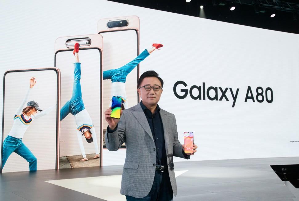 삼성전자 IM부문장 고동진 사장이 4월 10일(현지시간) 태국 방콕에서 진행된 'A 갤럭시 이벤트'에서 갤럭시 최초로 로테이팅 카메라를 탑재한 '갤럭시 A80'을 소개하고 있다 [사진=삼성전자]