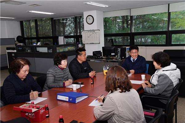 △김생환 서울시의회 부의장이 '노원자원회수시설'을 방문하여 주민지원협의체 위원들과 간담회를 진행하고 있다.