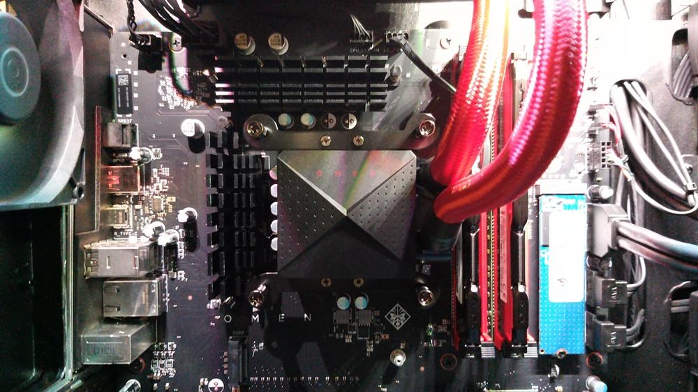 오멘 오벨리스크에 탑재된 인텔 9세대 CPU i9-9900K 모습. 오른쪽에 수랭식 냉각 장치로 이어지는 붉은색 호스가 연결돼 있다.