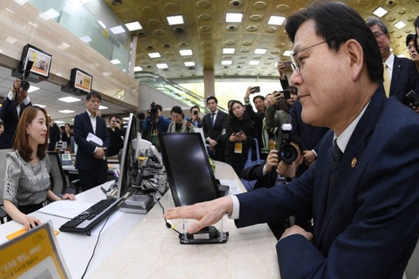 Chairman Choi Jong-gu of Financial Services Commission is testing KB Bank's vein authentication service at KB Bank's main branch in Yeooui-do.  KB Bank has become the first South Korean bank to introduce vein authentication service.  Staff Reporter Lee, Donggeun | foto@etnews.com