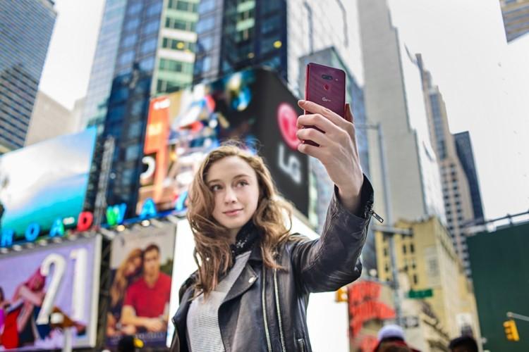 LG G8 ThinQ 북미출시 1: 12일 모델이 미국 뉴욕 타임스퀘어에서 LG G8 씽큐를 소개하고 있다 [사진=LG전자]