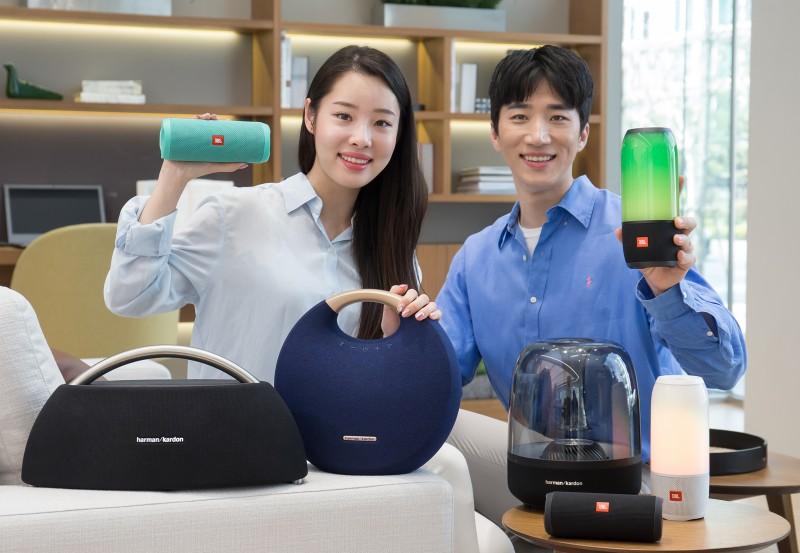 삼성전자 모델들이 하만의 대표 제품들을 소개하고 있다 [사진=삼성전자]