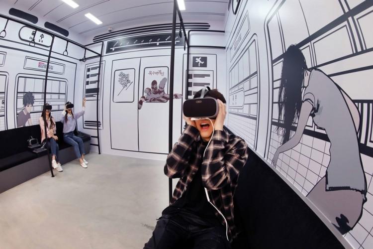 일상로5G 방문객들이 LG유플러스 U+VR을 통해 VR웹툰을 시청하고 있다. [사진=LG유플러스]