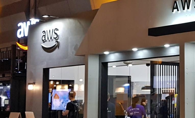 GS건설이 17일 서울 컨벤션 센터에서 열린 'AWS 서밋 서울 2019'에 참가해 아마존 알렉사와 연계된 스마트 홈 시현 부스를 운영하고 있다.