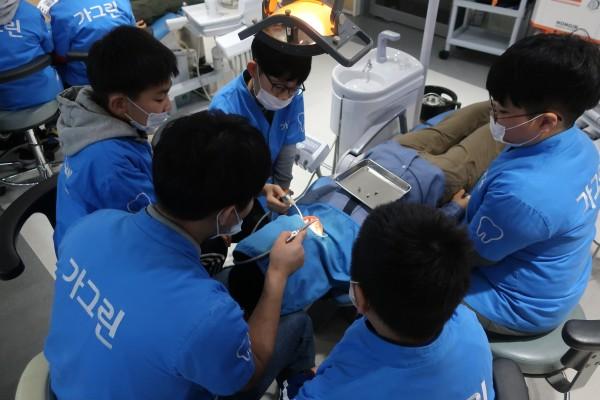 어린이 직업 체험 테마파크 키자니아의 동아제약 가그린 치과에서 어린이들이 환자를 진료하고 있다.