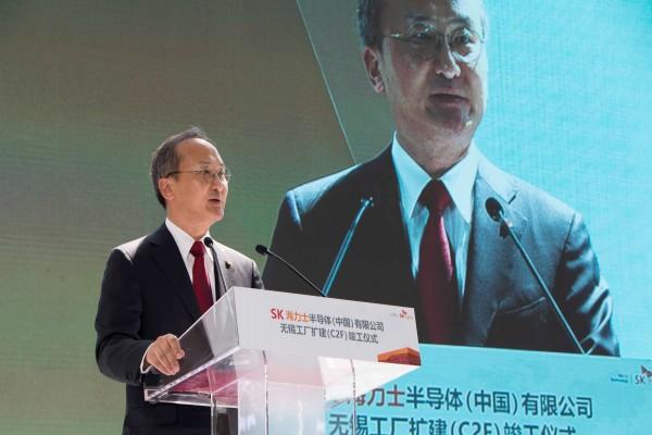 이석희 SK하이닉스 CEO가 중국 우시 추가 생산라인(C2F) 준공식에서 환영사를 하고 있다.