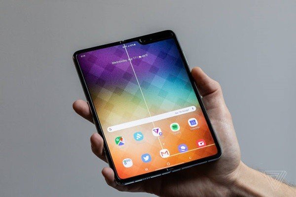 The Verge reported suspicion of damaged hinge of Galaxy Fold along with abnormal screen.  (Picture = The Verge)